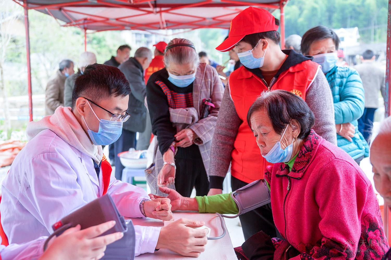 福州市晋安区卫生健康局召集医护人员进行现场义诊。