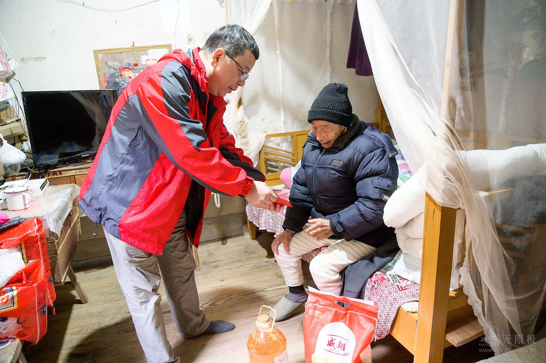 无限极(中国)有限公司福建分公司代表到贫困户家中走访慰问。