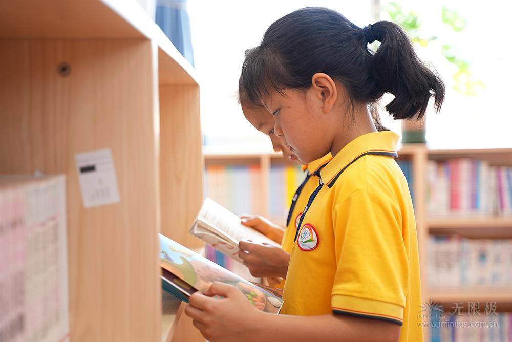同学们在阅读