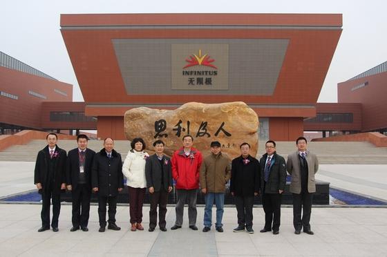 05_公司代表陪同无限极质量管理专家顾问委员参观营口生产基地
