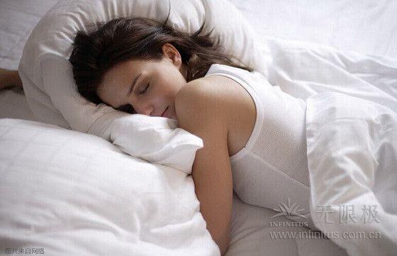 但是,长时间保持这一姿势睡觉,背部肌肉会被过度拉伸,给背部和头颈