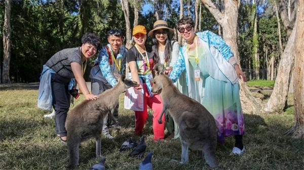 抱考拉、喂袋鼠,无限极伙伴在南半球与澳大利亚国宝零距离!