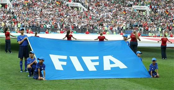 世界杯现场照片2(右侧�中间的护旗手为郭文博)